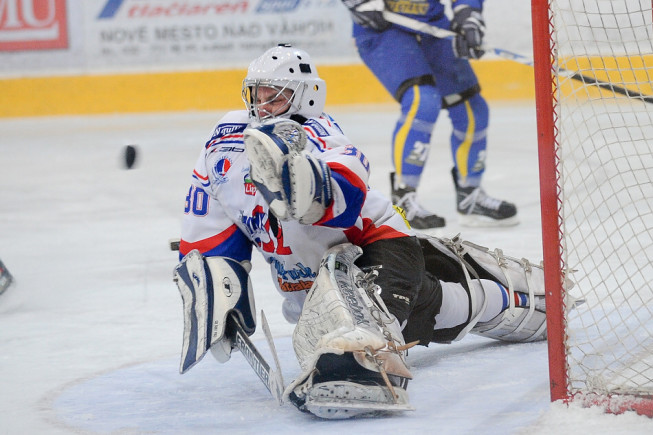 Goalie in action. Focal length 116 mm. Bad lighting conditions; ISO set to 2000. Thanks to quality equipment, noise is insignificant even at this high ISO. (Photo: Majo Eliáš)